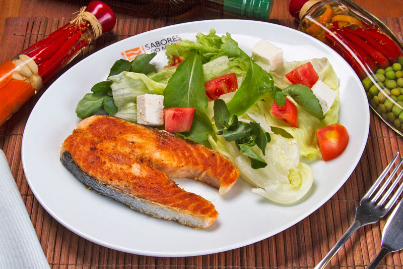 Salmão grelhado com salada light